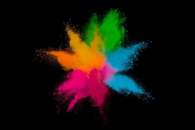 黒に分離された着色された粉体の爆発。