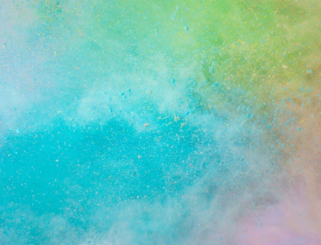 Взрыв цветного порошка на белом фоне
