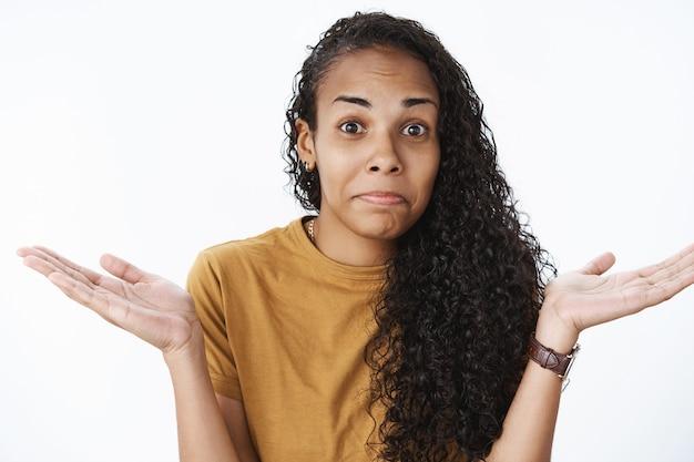 Espressiva ragazza afro-americana in maglietta marrone