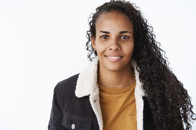 黒のジャケットで表現力豊かなアフリカ系アメリカ人の女の子