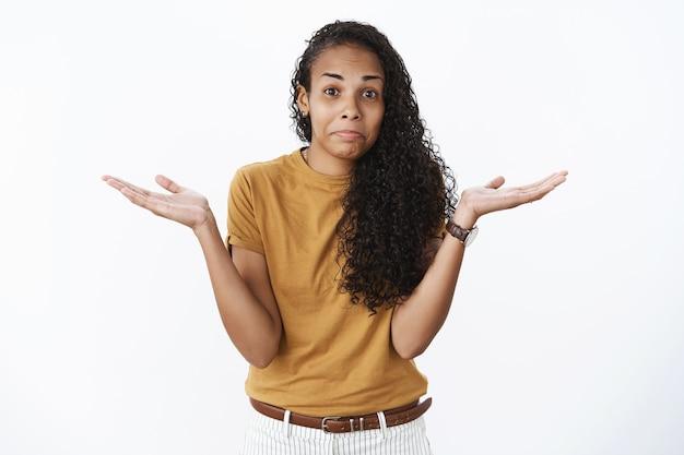 茶色のtシャツで表現力豊かなアフリカ系アメリカ人の女の子