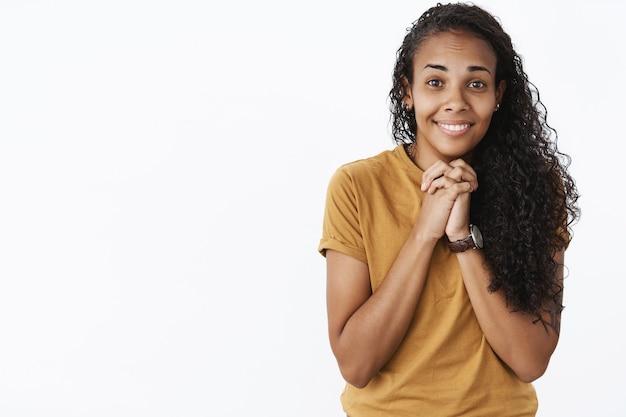 Выразительная афро-американская девушка в коричневой футболке