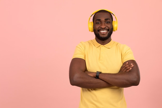 Uomo afroamericano espressivo che ascolta la musica sulle cuffie