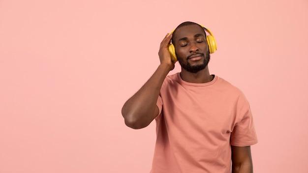 Uomo afroamericano espressivo che ascolta la musica