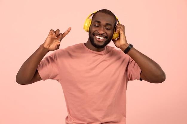 헤드폰으로 음악을 듣고 있는 표현적인 아프리카계 미국인 남자