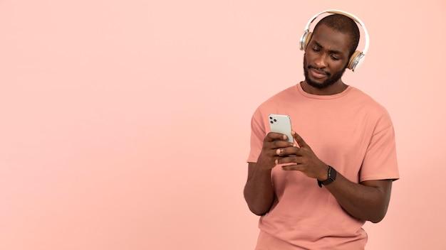음악을 듣고 표현하는 아프리카계 미국인 남자