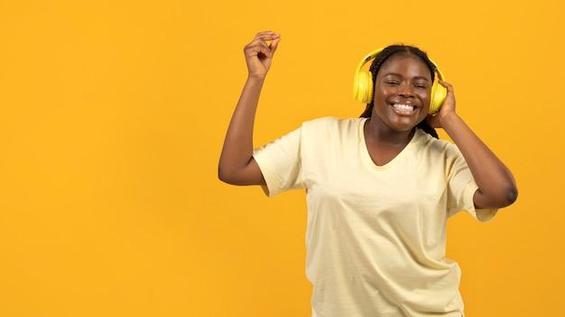 Выразительная афро-американская женщина с копией пространства