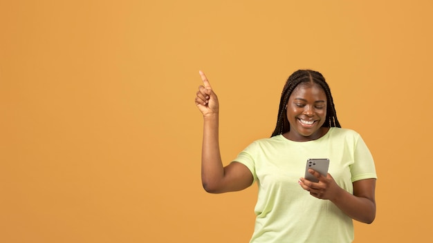 복사 공간이 있는 표현적인 아프리카계 미국인 여성