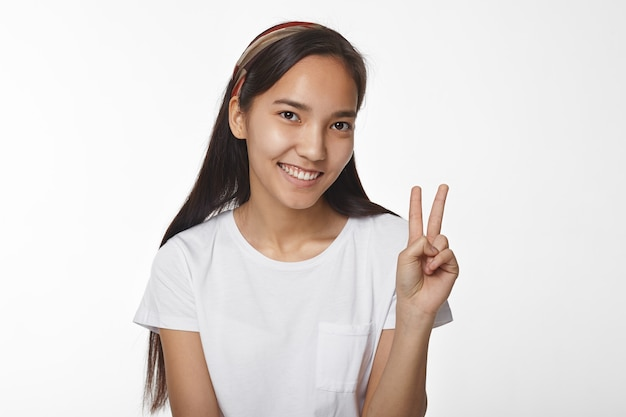 屋内でポーズをとる表現力豊かなアジアの女の子