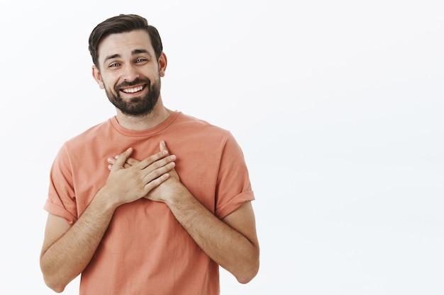 Выразительный бородатый мужчина в оранжевой футболке