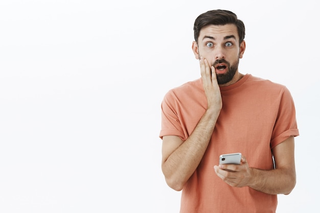 주황색 tshirt에서 표현 수염 된 남자