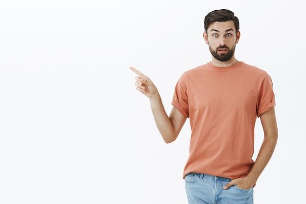 Uomo barbuto espressivo in maglietta arancione