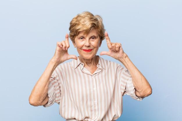 表現力豊かな美しい年配の女性