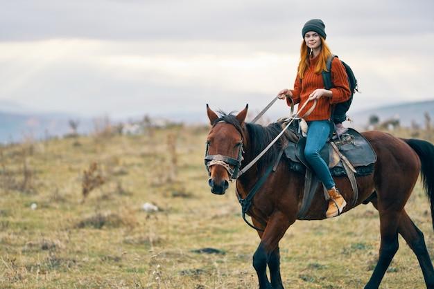 馬に乗った表情豊かな美女