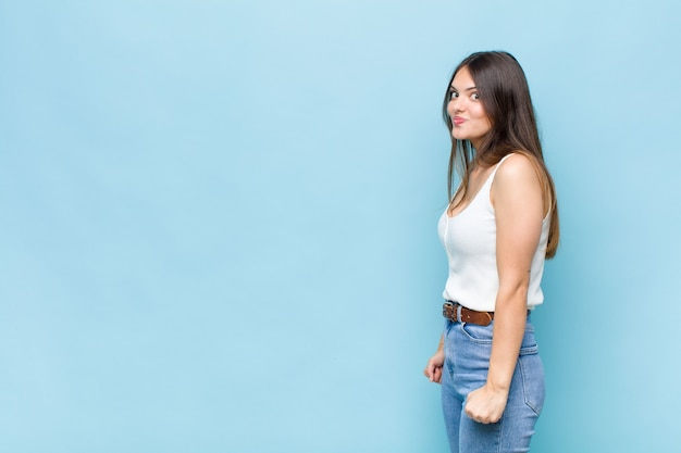 Выразительная красивая молодая женщина
