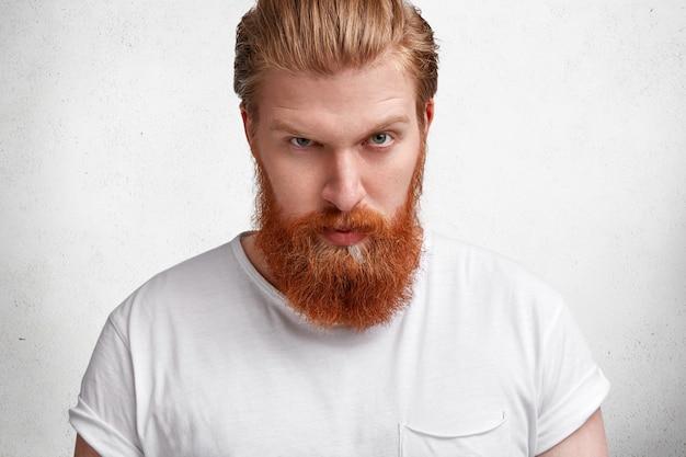 生姜のひげを持つ表現力豊かな金髪の男