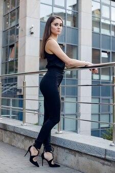 Выразительная деловая женщина позирует