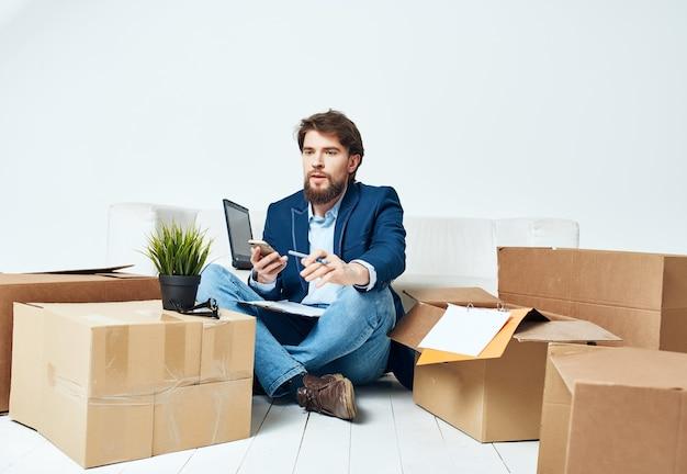 Выразительный бизнесмен, сидя на полу