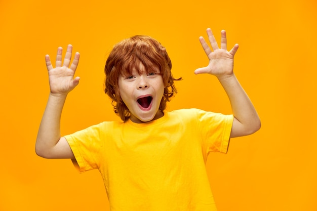 表情豊かな子供がカメラに手のひらを見せて笑う