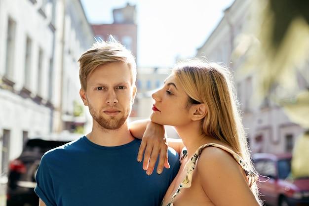街でポーズをとる表情豊かなカップル