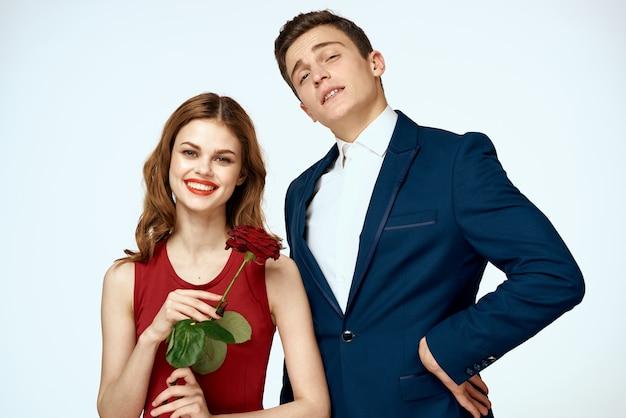スタジオでポーズをとる表情豊かなカップル