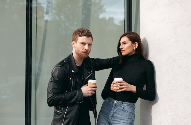 屋外でポーズをとる表情豊かなカップル