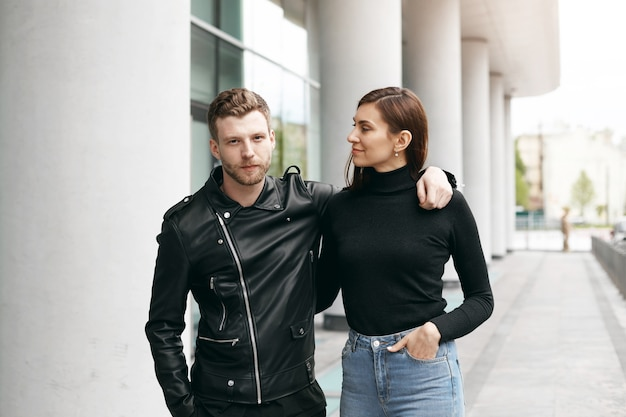 Выразительная пара позирует на открытом воздухе