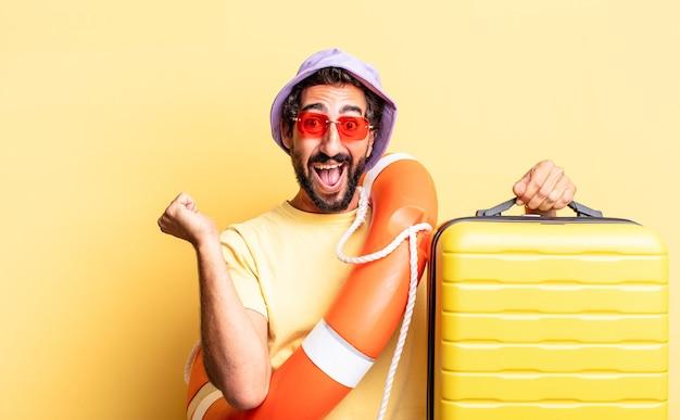Выразительный сумасшедший бородатый мужчина в шляпе и солнечных очках с чемоданом. концепция праздников