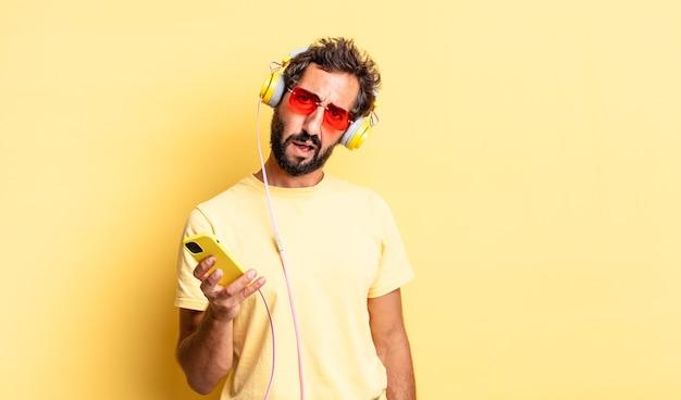 ヘッドフォンで戸惑い、混乱している表現力豊かな狂気の男