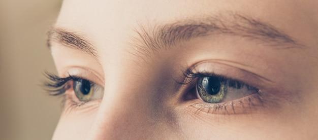 Выразительные глаза мальчика-подростка