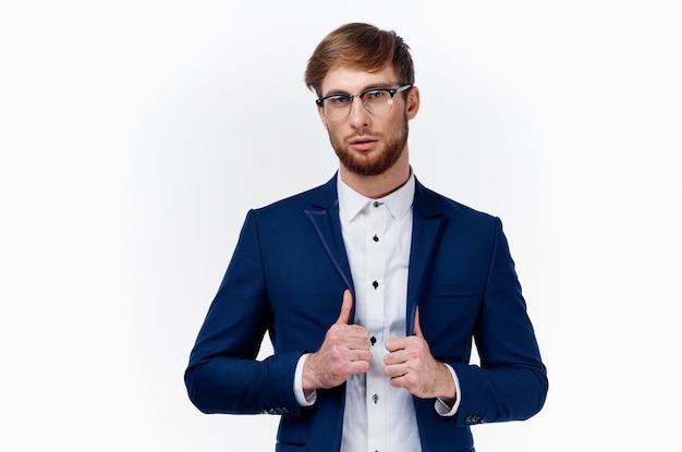 表情豊かなハンサムな若い男のポーズ
