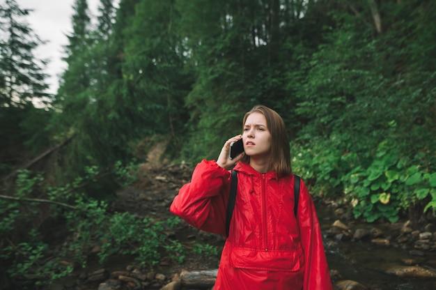 빨간 재킷에 표현 등산객 소녀