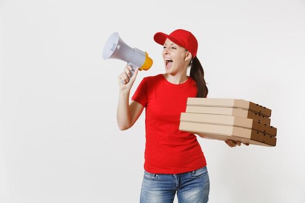 Выразительная горячая женщина в красной кепке, футболке давая коробки пиццы заказа еды, изолированные на белом фоне. женский курьер кричит в мегафон, держа итальянскую пиццу в картонной коробке. концепция доставки