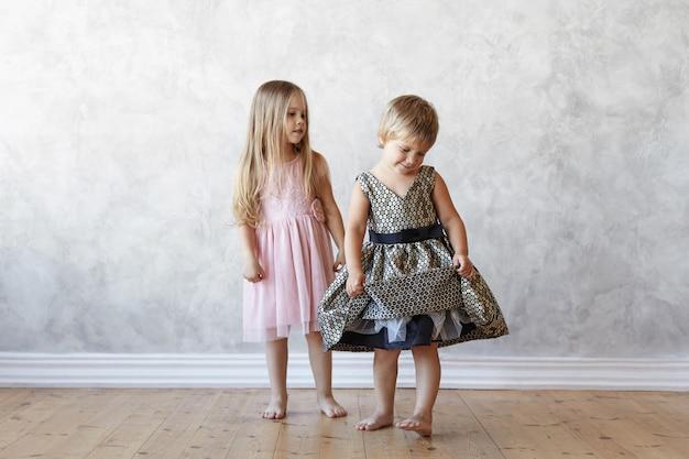 I bambini espressivi stanno posando in casa