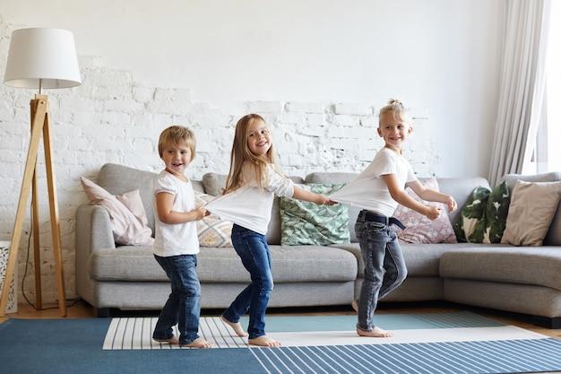 Выразительные малыши позируют в доме