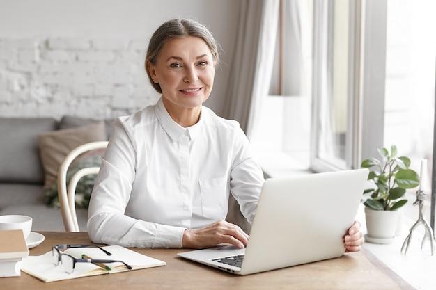 Выразительная женщина средних лет позирует