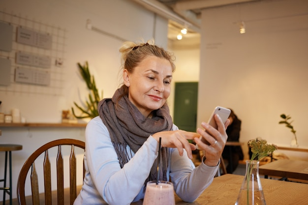 Posa di mezza età espressiva della donna Foto Gratuite