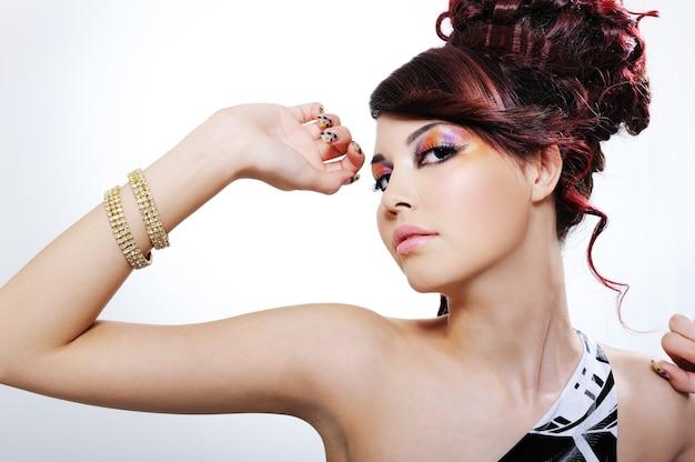 아름 다운 밝은 매력적인 젊은 여자의 표현 초상화