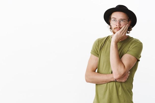Выразительный рыжий бородатый мужчина в шляпе