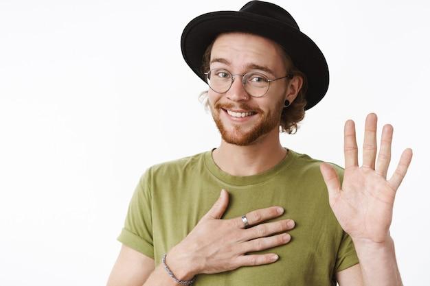 帽子をかぶった表情豊かな赤毛のひげを生やした男