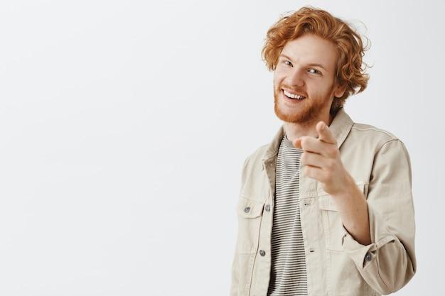 베이지 색 셔츠에 표현 빨간 머리 남자