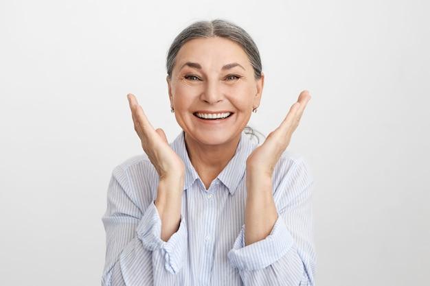 表情豊かな年配の女性のポーズ