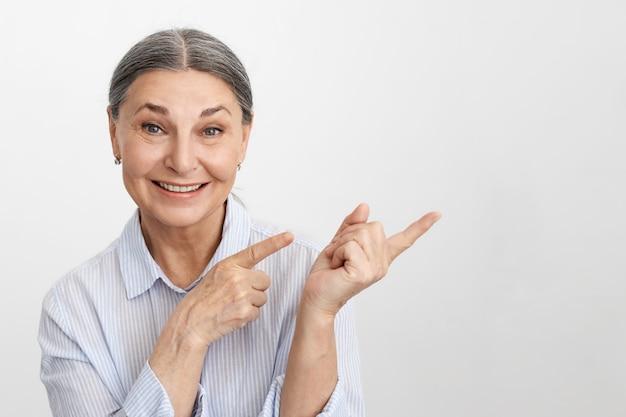 Выразительная старшая женщина позирует