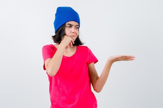 Un'adolescente espressiva sta proponendo
