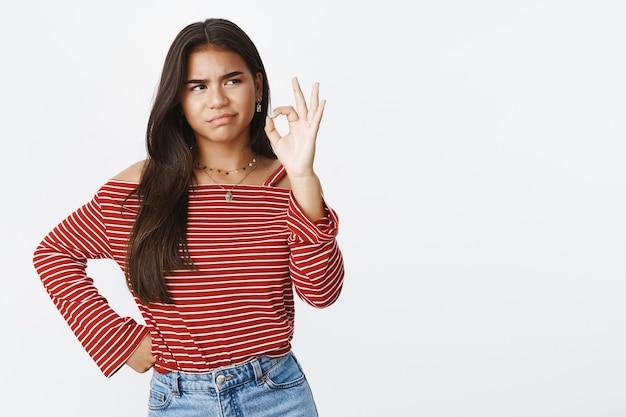 Un'adolescente espressiva in una camicetta a righe
