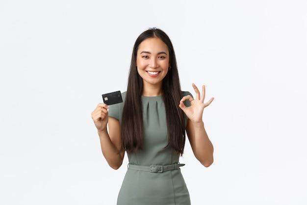 Выразительная молодая азиатская женщина позирует