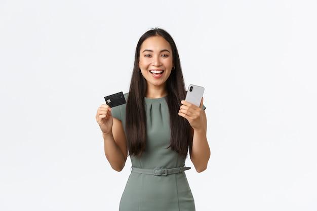 表現力豊かな若いアジアの女性のポーズ
