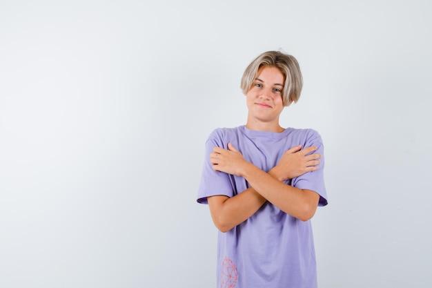 스튜디오에서 포즈를 취하는 표현 어린 소년 무료 사진