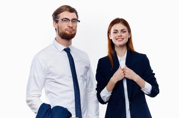 表現力豊かな青年実業家と女性のポーズ