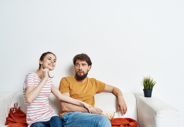 Выразительная молодая пара позирует